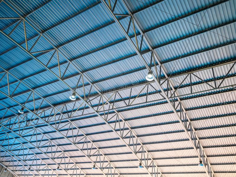 O telhado azul do fundo e alaranjado altamente colorido abstrato do metal corrugou a arquitetura fotos de stock royalty free