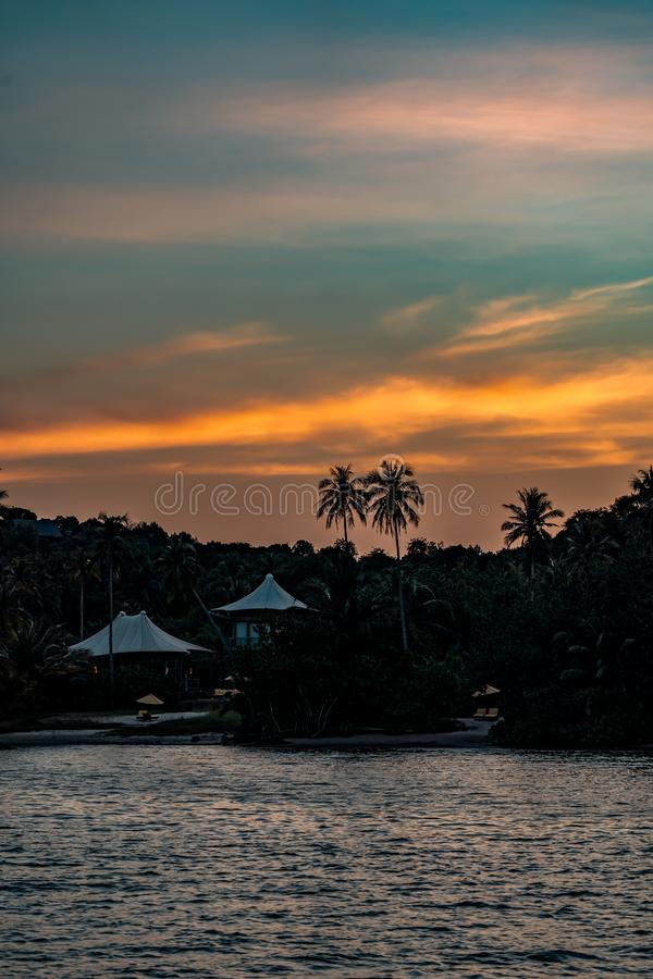 O telhado branco da lona no estilo moderno do eco do vintage das casas de campo é acordo no recurso luxuoso da ilha de Koh Kood e foto de stock
