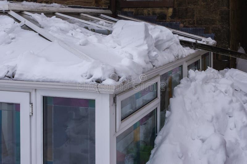 O telhado conservador danificou pelo telhado principal escorregar da neve foto de stock royalty free