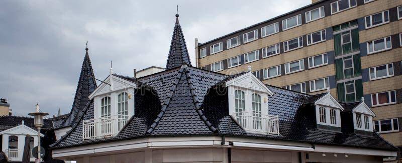 O telhado da casa com janela agrad?vel foto de stock