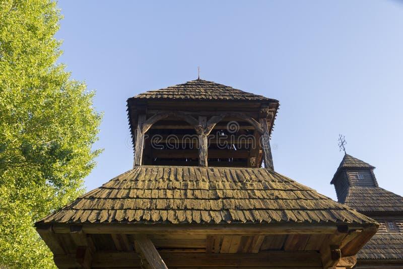 O telhado da igreja de madeira velha foto de stock