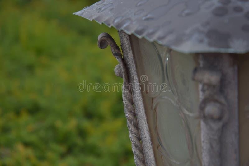 O telhado da lâmpada sob a chuva fotos de stock