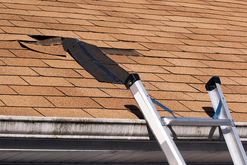 O telhado danificado Shingles o reparo foto de stock