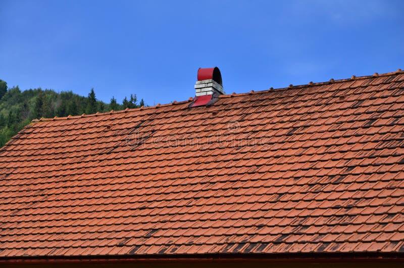 O telhado deste azulejo quadrado é vermelho O tipo velho de coberta de telhado em casas ricas do 19o centur imagens de stock