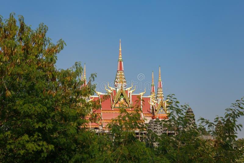 O telhado do monastério cambojano em Lumbini fotografia de stock