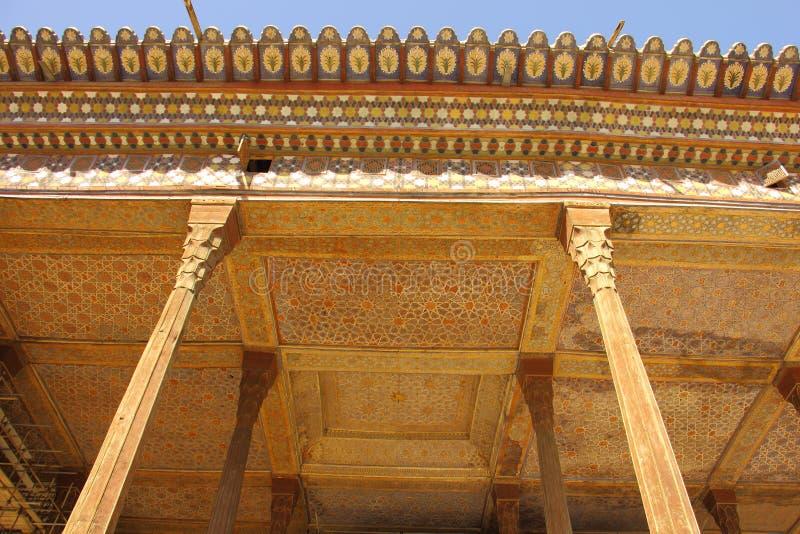 O telhado e o teto do terraço da entrada do pavilhão de Chehel Sotoun em Isfahan, Irã imagens de stock