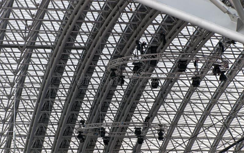 O telhado moderno do aço e do plástico com concerto ilumina-se imagem de stock