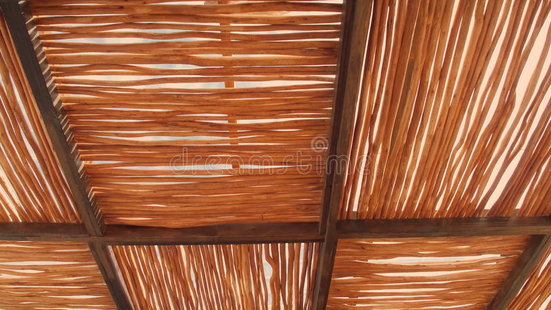 O telhado rural da casa feito da grama do cogon, cobre com sapê o fundo do telhado do fundo do telhado, do teste padrão da cestar imagens de stock royalty free