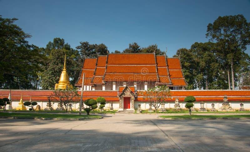 O templo antigo e o pagode dourado foto de stock