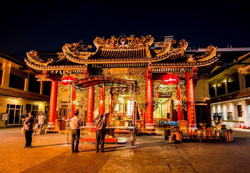 O templo chinês do ` de Guan Yin do ` na estrada de Yaowarat, bairro chinês do ` s de Banguecoque, a imagem na noite fotografia de stock