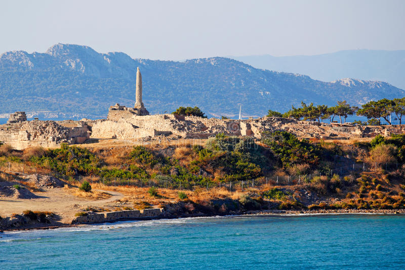 O templo de Apollo na parte superior de Kolona na ilha de Aegina, Grécia imagens de stock