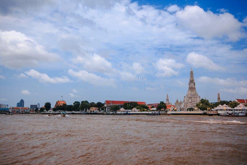 O templo de Arunratchawararam é ficado situado na margem oeste Chao Phraya River, Banguecoque, foto de stock