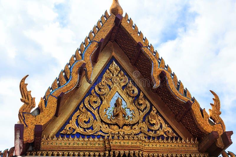 O templo de Emerald Buddha detalha o close-up, pouca Buda dourada imagem de stock