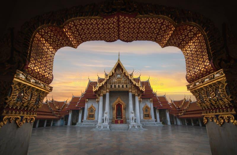 O Templo de Marble, Wat Benchamabopitr Dusitvanaram pela manhã, Bangkok Tailândia imagem de stock