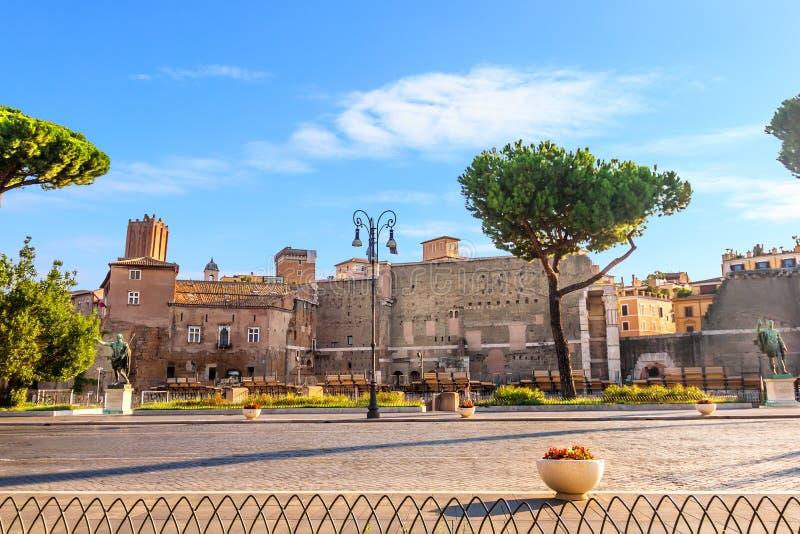 O templo de Marte Ultor no fórum de Augustus e no fórum de Nerva com as estátuas fotografia de stock