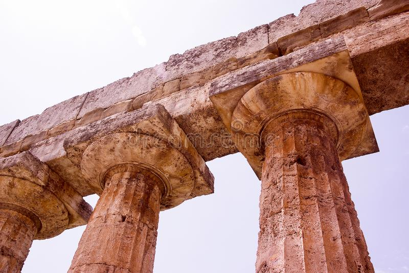 O templo de Netuno em Paestum Itália fotos de stock