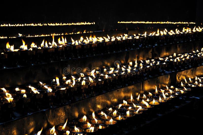 Velas ardentes no templo de Ramoche imagens de stock
