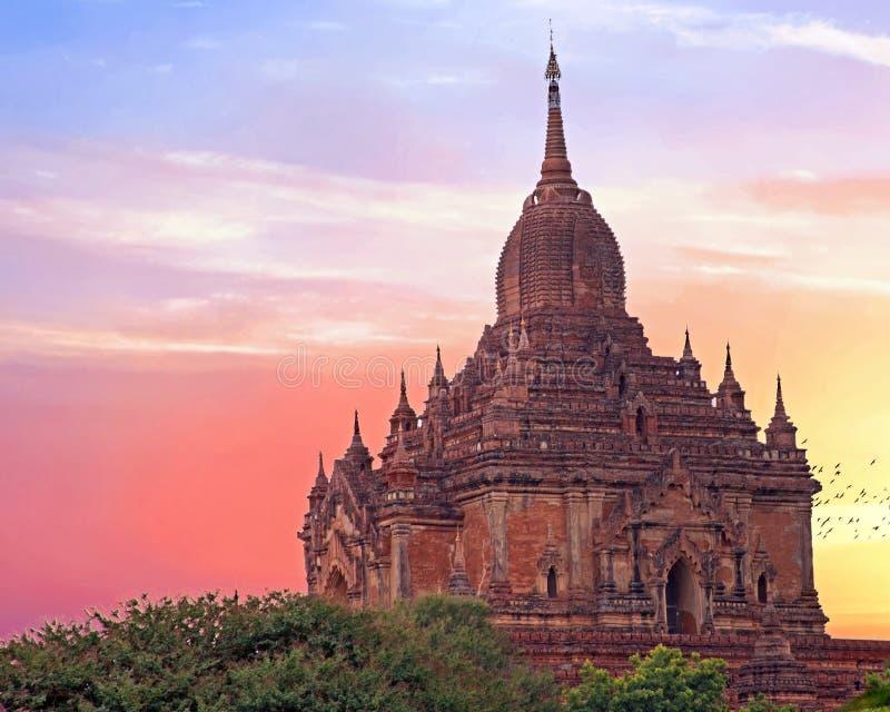 O templo de Sulamani em Bagan, Myanmar no por do sol imagens de stock