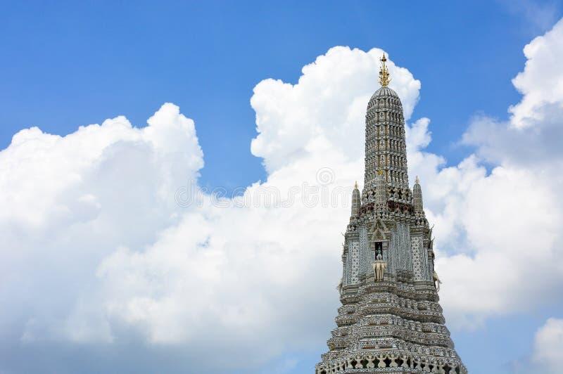 O templo de Temple of Dawn ou de Wat Arun Buddhist com um céu azul bonito e as nuvens fundo, espaço da cópia fotos de stock