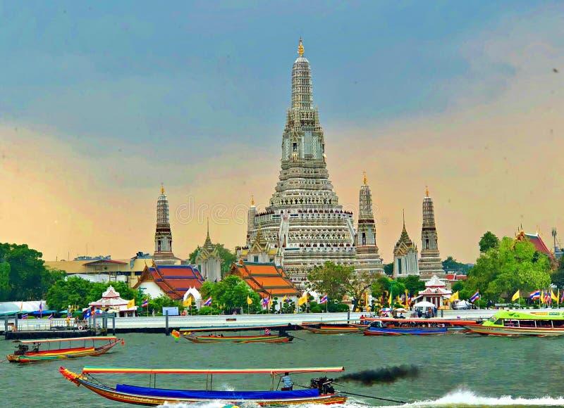 O templo do alvorecer de Tailândia imagens de stock