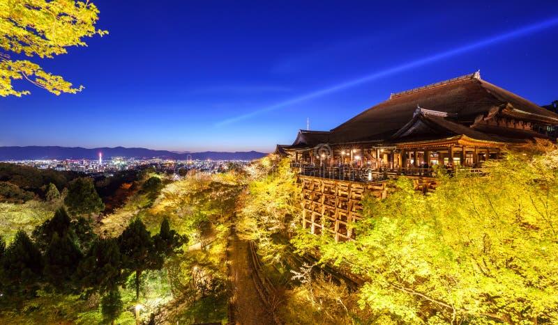 O templo do dera de Kiyomizu, ilumina-se acima na mola, Kyoto, Japão foto de stock royalty free