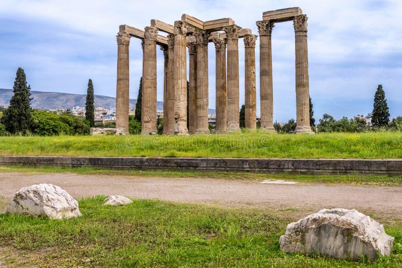 O templo do olímpico Zeus igualmente conhecido como o Olympieion ou as colunas do olímpico Zeus no centro da cidade de Atenas imagem de stock