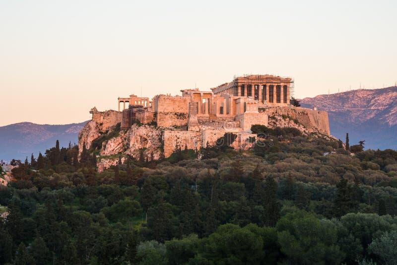 O templo do Partenon na acrópole de Atenas durante colorido imagem de stock royalty free