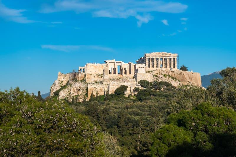 O templo do Partenon na acrópole de Atenas durante colorido imagens de stock