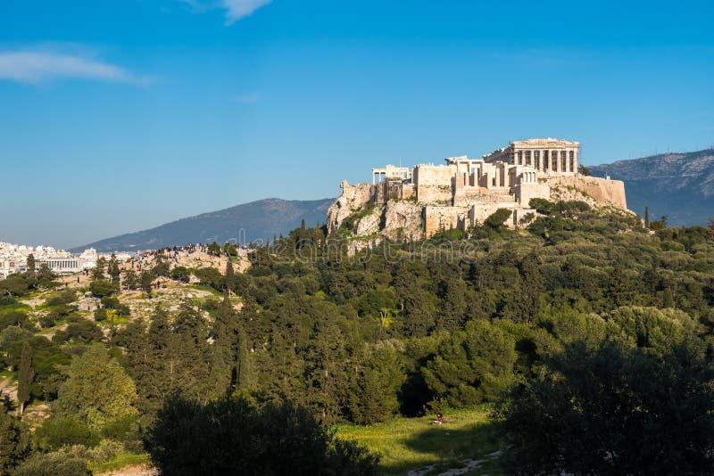 O templo do Partenon na acrópole de Atenas durante colorido imagens de stock royalty free