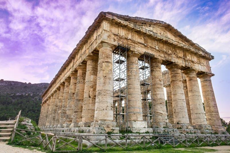 O templo do Vênus em Segesta, cidade do grego clássico em Sicília, Itália foto de stock royalty free