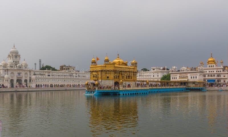 O templo dourado maravilhoso de Amritsar, Índia imagens de stock