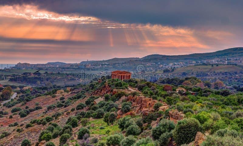 O templo famoso de Concordia no vale dos templos perto de Agrigento imagens de stock royalty free