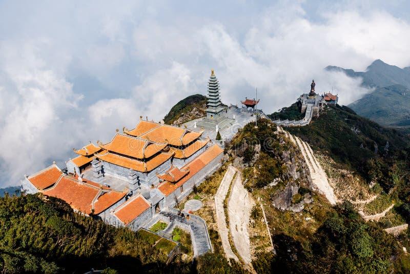O templo no pico da montanha Fansipan na montanha mais alta de Indochina, na cidade de Sapa, Vietnã imagens de stock