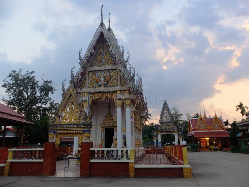 O templo tailandês na noite o sol está caindo no campo do nordeste de Tailândia imagem de stock royalty free