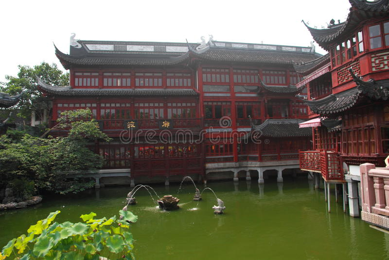 O templo velho do deus s da cidade em Shanghai imagens de stock