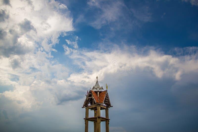 O templo velho & o céu imagem de stock