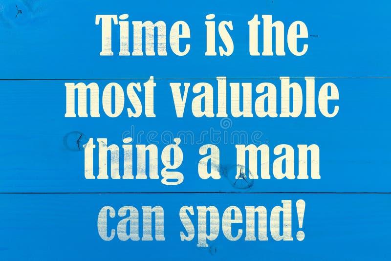 O tempo é a coisa que a mais valiosa um homem pode gastar o conceito do texto com fundo de madeira fotografia de stock