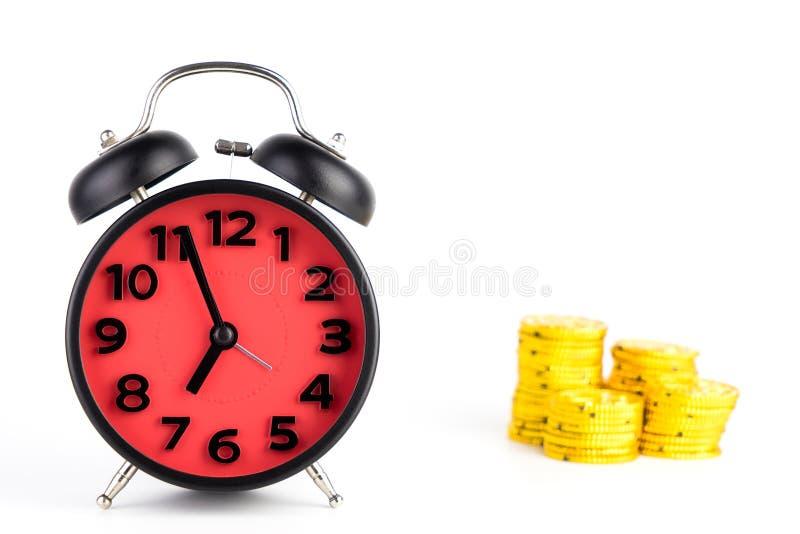 O tempo é conceito do despertador do ouro isolado imagens de stock