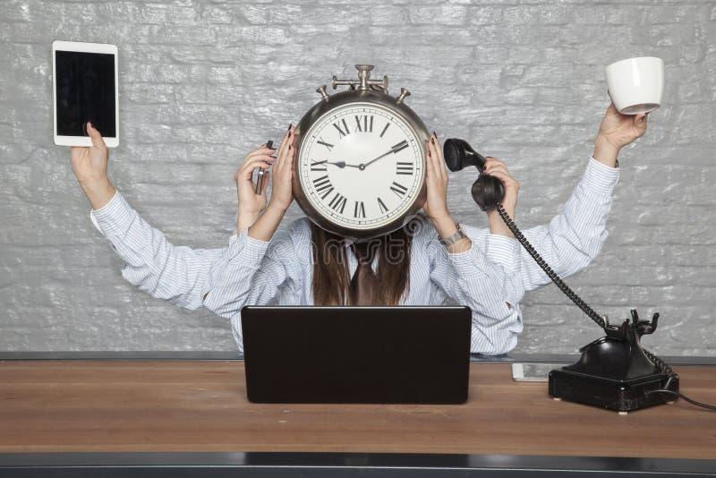 O tempo é negócio, mulher de negócio a multitarefas fotografia de stock