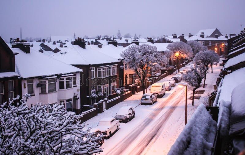 O tempo de inverno como a neve cai na rua imagem de stock royalty free
