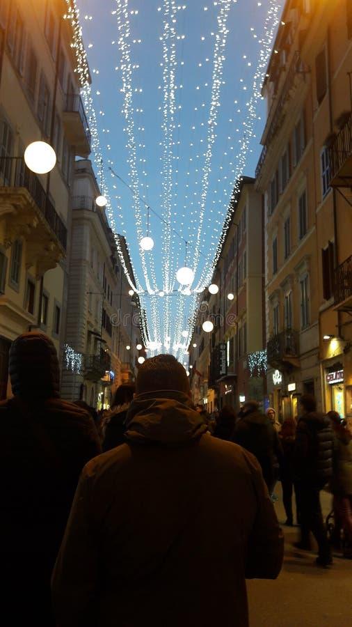 o tempo do Natal ilumina a rua dos povos da noite imagem de stock royalty free