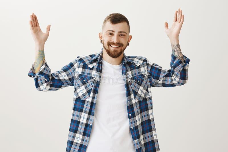 O tempo longo nenhum considera Retrato do modelo masculino novo aliviado amigável com barba e penteado à moda, aumentando as palm imagens de stock royalty free