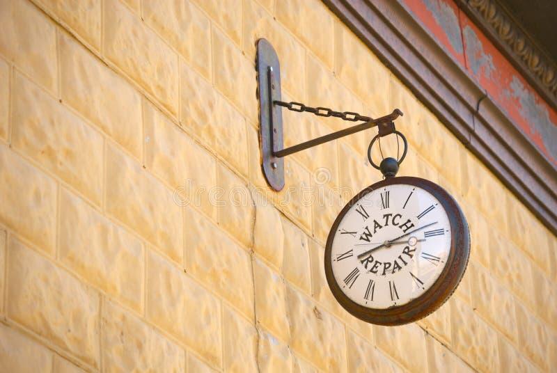 O tempo marcha sobre fotos de stock