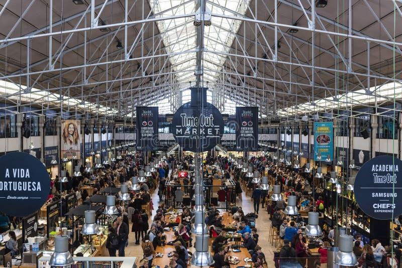 O tempo para fora introduz no mercado Lisboa é um salão muito ocupado do alimento fotos de stock