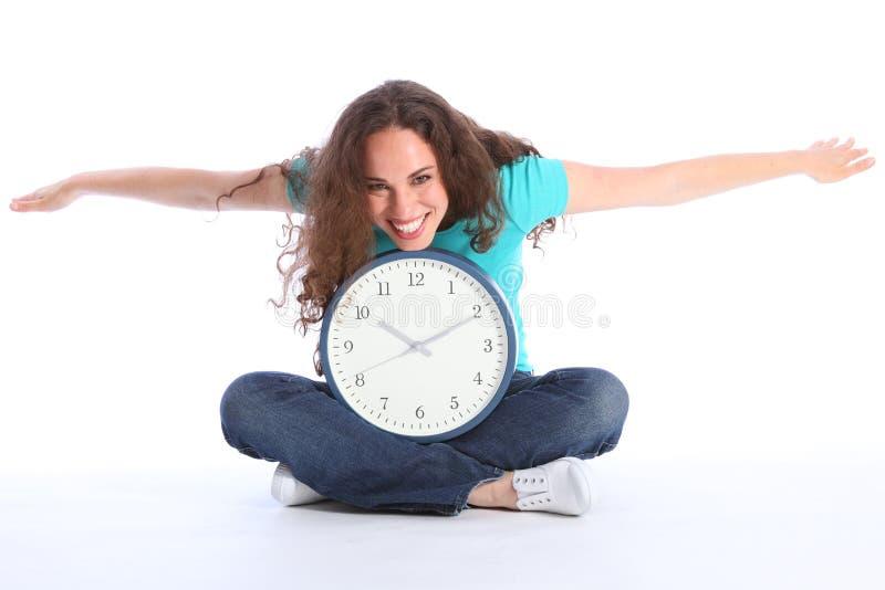 O tempo voa a mulher feliz bonita que tem o divertimento do pulso de disparo fotografia de stock royalty free