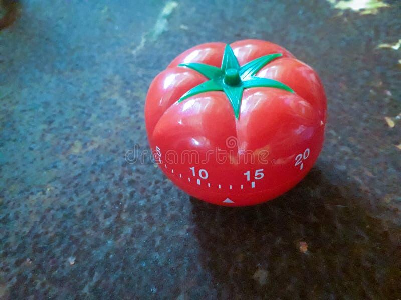 O temporizador vermelho de Pomodoro a ajudar na concentração, melhora a produtividade fotos de stock