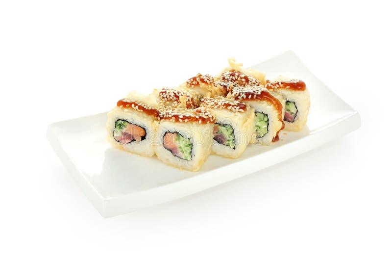O tempura do rolo de sushi no fundo branco isolou o unagi dos salmões do atum de Yin Yang imagens de stock