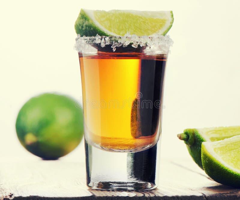 O Tequila disparou com cal imagens de stock royalty free