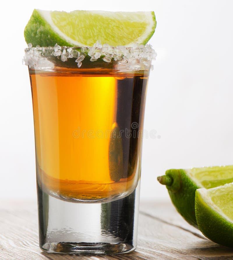 O Tequila disparou com cal fotos de stock royalty free