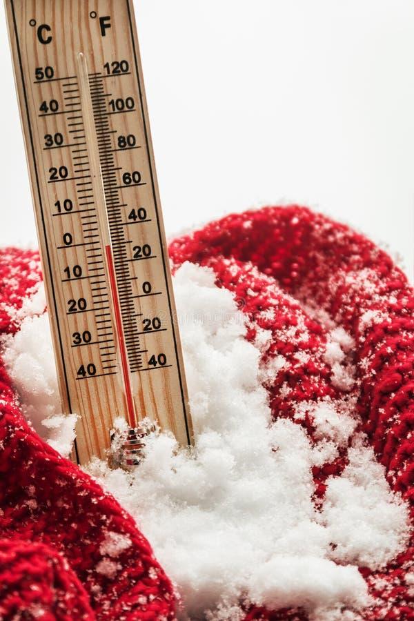 O termômetro com temperatura zero secundária cola para fora fotografia de stock royalty free